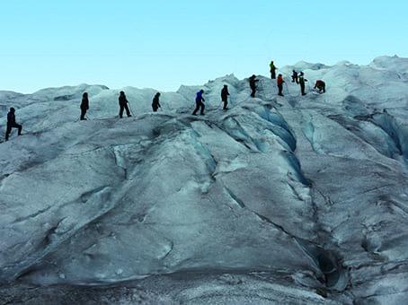 ザイルにつながって氷河を歩く