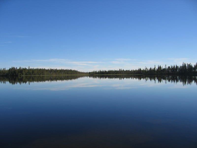ファーム裏にある湖。釣りをしたり泳いだりできます_B