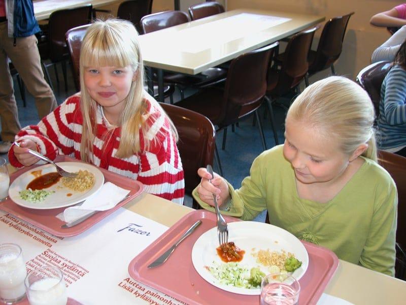 小学校の楽しい給食風景 好きなだけセルフサービスで_B