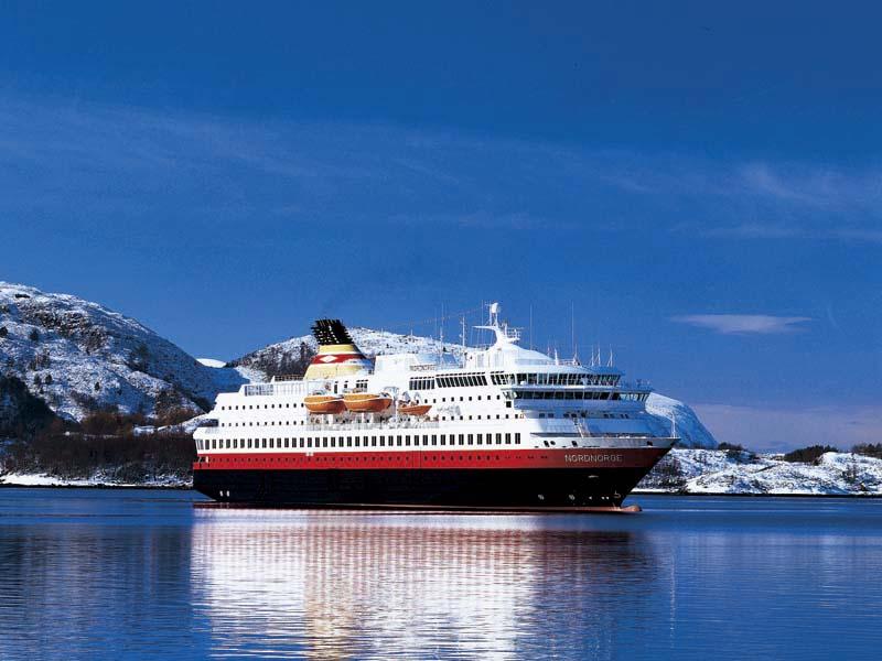 ノルウェーのフィヨルドすすむ沿岸急行船_B