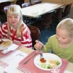 小学校の楽しい給食風景 好きなだけセルフサービスで_S
